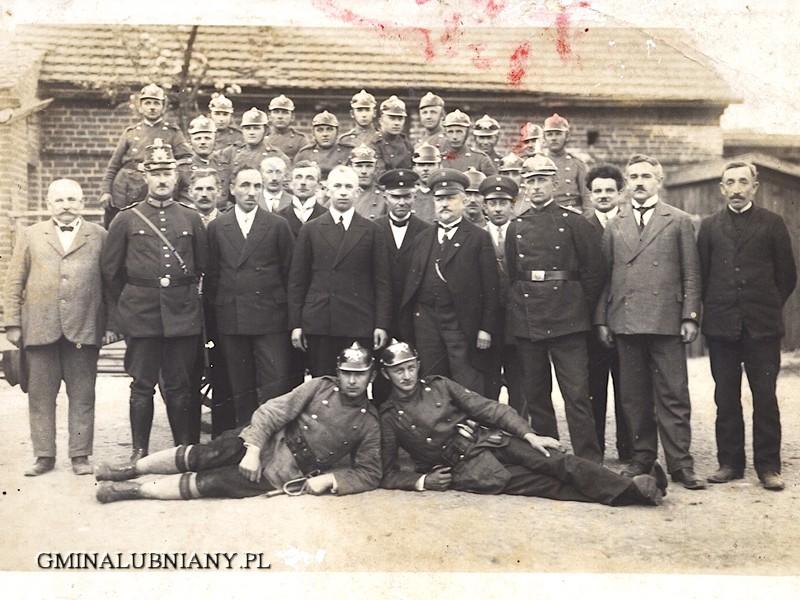 Przedwojenne zdjęcie łubniańskich strażaków, trzeci z prawej ojciec Klausa Rotkegla