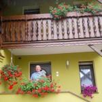 Konrad Nikodem przed swoim domem