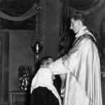 Młody ksiądz Wilhelm błogosławi matkę i ojca