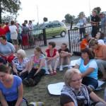 002 Pielgrzymi przed apelem jasnogórskim w Zborowskim