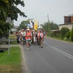 039 Pielgrzymi legniccy wchodzą do Łubnian
