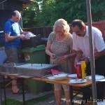Gospodarze biesiady: Renata i Reinhold Wiench i ich syn Roman przygotowują poczęstunek dla uczestników.