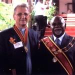 Z Gubernatorem Generalnym Nowej Gwinei po odznaczeniu Rajskim Ptakiem