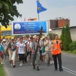 037 Pielgrzymi legniccy wchodzą do Łubnian