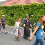 038 Pielgrzymi legniccy wchodzą do Łubnian